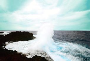 沖縄残波岬と潮吹き岩の写真素材 [FYI01172730]