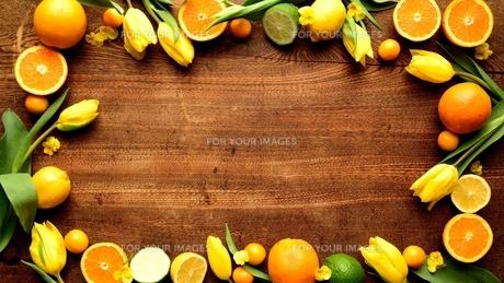 黄色いチューリップとオレンジのフレーム 木材背景の写真素材 [FYI01172796]
