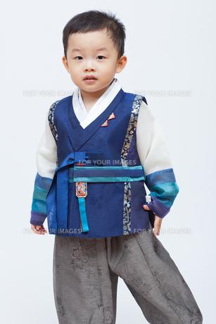 子供が韓服を着てスタジオ撮影の写真素材 [FYI01173008]