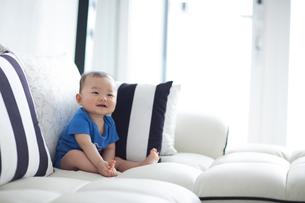 赤ちゃん(8ヶ月)の笑顔の写真素材 [FYI01173013]