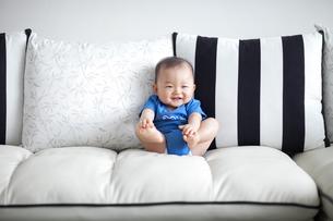 赤ちゃん(8ヶ月)の笑顔の写真素材 [FYI01173016]