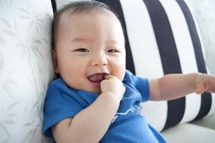 赤ちゃん(8ヶ月)の笑顔の写真素材 [FYI01173017]