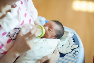 新生児がミルクを飲む様子の写真素材 [FYI01173034]
