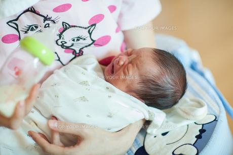 新生児がミルクを飲む様子の写真素材 [FYI01173035]