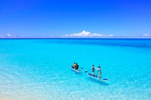 真夏の宮古島・下地空港沿いに広がる綺麗な海でマリンスポーツを楽しむ人々の写真素材 [FYI01173084]
