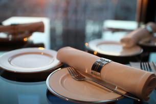 夕日の映えるレストランでのテーブルセッティングの写真素材 [FYI01173118]