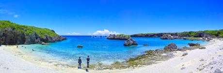 真夏の宮古島、中の島ビーチの景観(パノラマ)の写真素材 [FYI01173127]