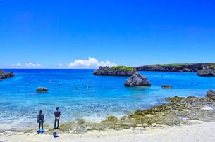真夏の宮古島、中の島ビーチの景観の写真素材 [FYI01173133]