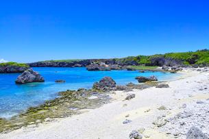 真夏の宮古島、中の島ビーチの景観の写真素材 [FYI01173134]