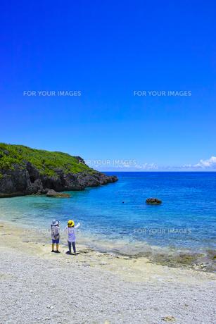 真夏の宮古島、中の島ビーチの景観の写真素材 [FYI01173136]