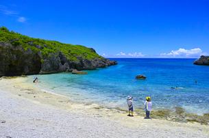 真夏の宮古島、中の島ビーチの景観の写真素材 [FYI01173138]