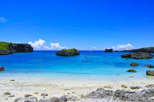 真夏の宮古島、中の島ビーチの景観の写真素材 [FYI01173140]