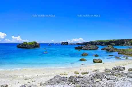 真夏の宮古島、中の島ビーチの景観の写真素材 [FYI01173141]