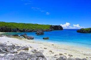 真夏の宮古島、中の島ビーチの景観の写真素材 [FYI01173142]
