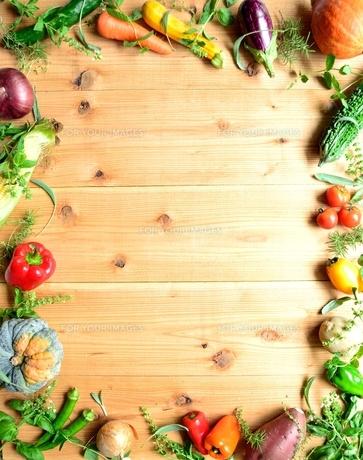 夏野菜いろいろ 木材背景 フレームの写真素材 [FYI01173368]