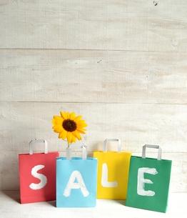 向日葵と4色のセール用紙袋の写真素材 [FYI01173379]