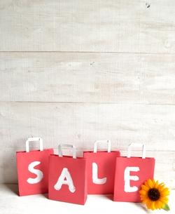 向日葵と赤いセール用紙袋の写真素材 [FYI01173380]