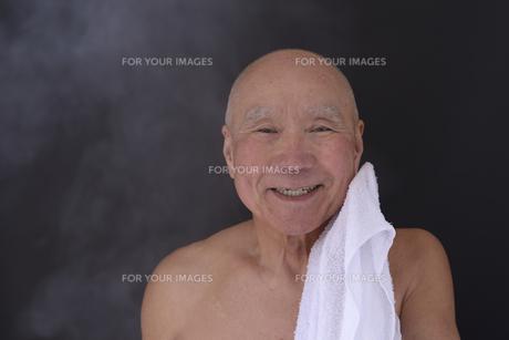 シニア入浴のイメージの写真素材 [FYI01173403]