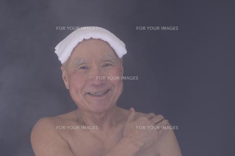 シニア入浴のイメージの写真素材 [FYI01173427]