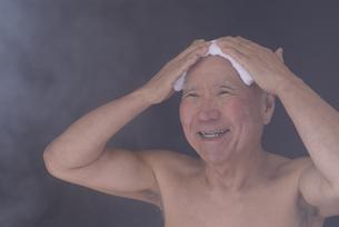シニア入浴のイメージの写真素材 [FYI01173428]