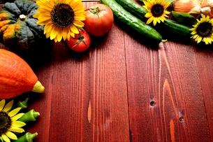 夏野菜と向日葵 茶色木材背景の写真素材 [FYI01173517]