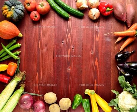 夏野菜 フレーム 茶色木材背景の写真素材 [FYI01173519]