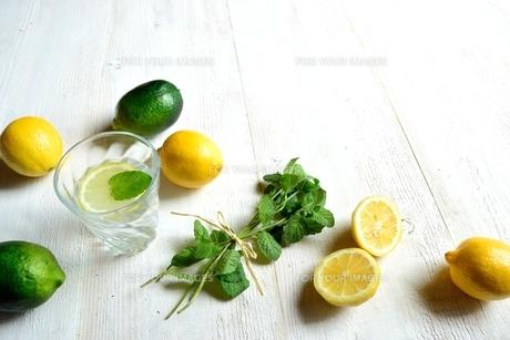 グラスのレモンウオーターとレモンとミントの写真素材 [FYI01173549]