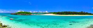 真夏の宮古島。伊良部島と下地島の間の水路の景観(パノラマ)の写真素材 [FYI01173552]