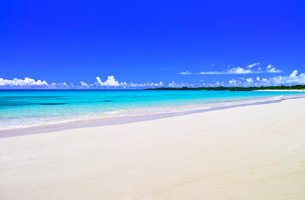 真夏の宮古島。伊良部島の渡口の浜の景観の写真素材 [FYI01173560]