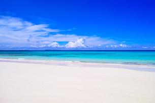 真夏の宮古島。伊良部島の渡口の浜の景観の写真素材 [FYI01173561]