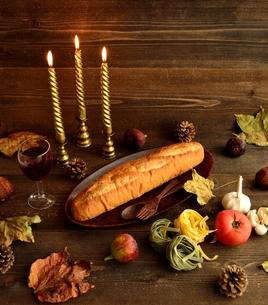 パンと乾燥パスタと落葉の写真素材 [FYI01173618]