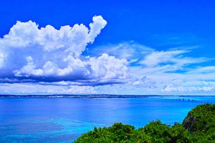 真夏の宮古島、伊良部島の牧山展望台からの眺望の写真素材 [FYI01173788]