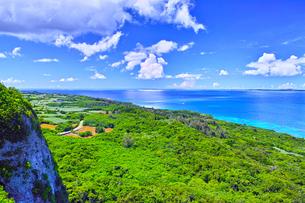 真夏の宮古島、伊良部島の牧山展望台からの眺望の写真素材 [FYI01173789]