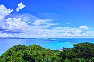 真夏の宮古島、伊良部島の牧山展望台からの眺望の写真素材 [FYI01173790]