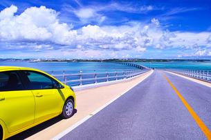 真夏の宮古島、伊良部大橋の駐車スペースに駐車する車と宮古島方面の眺望の写真素材 [FYI01173804]