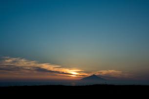 利尻富士に沈む夕日の写真素材 [FYI01173890]