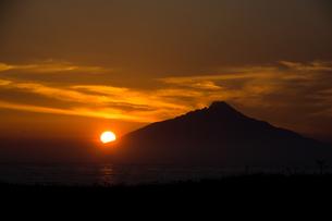 利尻富士に沈む夕日の写真素材 [FYI01173891]