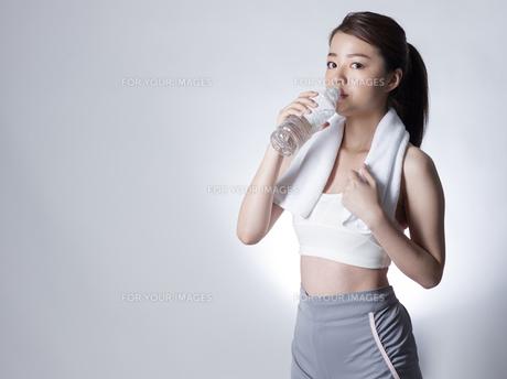 スポーツウエア姿で水を飲む女性の写真素材 [FYI01173955]