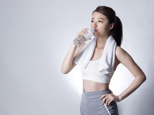 スポーツウエア姿で水を飲む女性の写真素材 [FYI01173956]