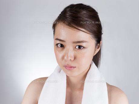首からタオルを下げた女性の写真素材 [FYI01173981]
