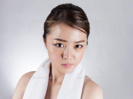 首からタオルを下げた女性の写真素材 [FYI01173982]