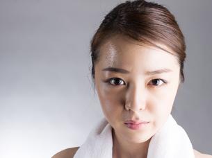首からタオルを下げた女性の写真素材 [FYI01173983]