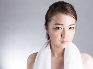 首からタオルを下げた女性の写真素材 [FYI01173984]