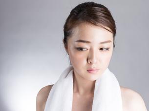 首からタオルを下げた女性の写真素材 [FYI01173986]