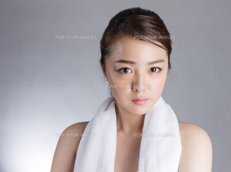 首からタオルを下げた女性の写真素材 [FYI01173987]