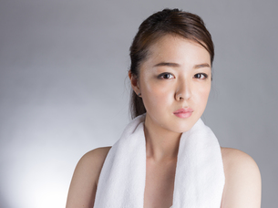 首からタオルを下げた女性の写真素材 [FYI01173988]