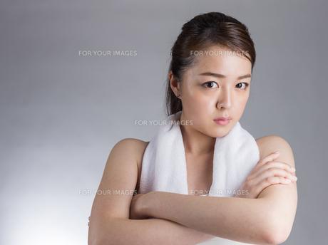 腕を組む女性の写真素材 [FYI01173989]
