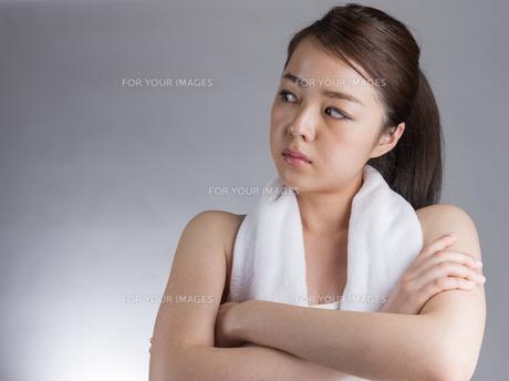 腕を組む女性の写真素材 [FYI01173990]