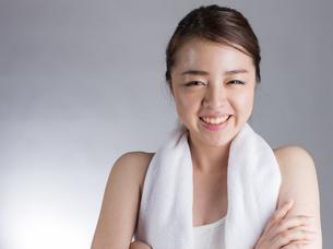 タオルを首から下げる女性の写真素材 [FYI01173991]
