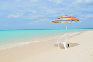 宮古島/リゾートビーチのパラソルの写真素材 [FYI01174222]